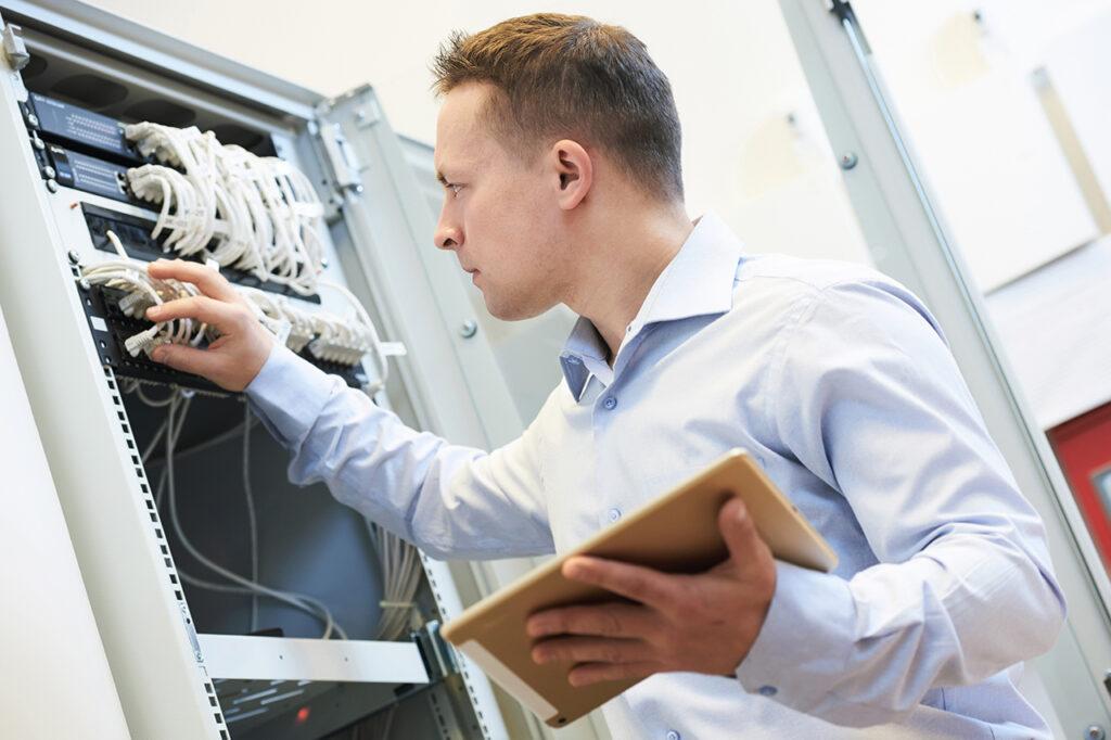 CoworkIt's netværks specialist kontrollerer infrastruktur og hardware udstyr i kundes datacenter