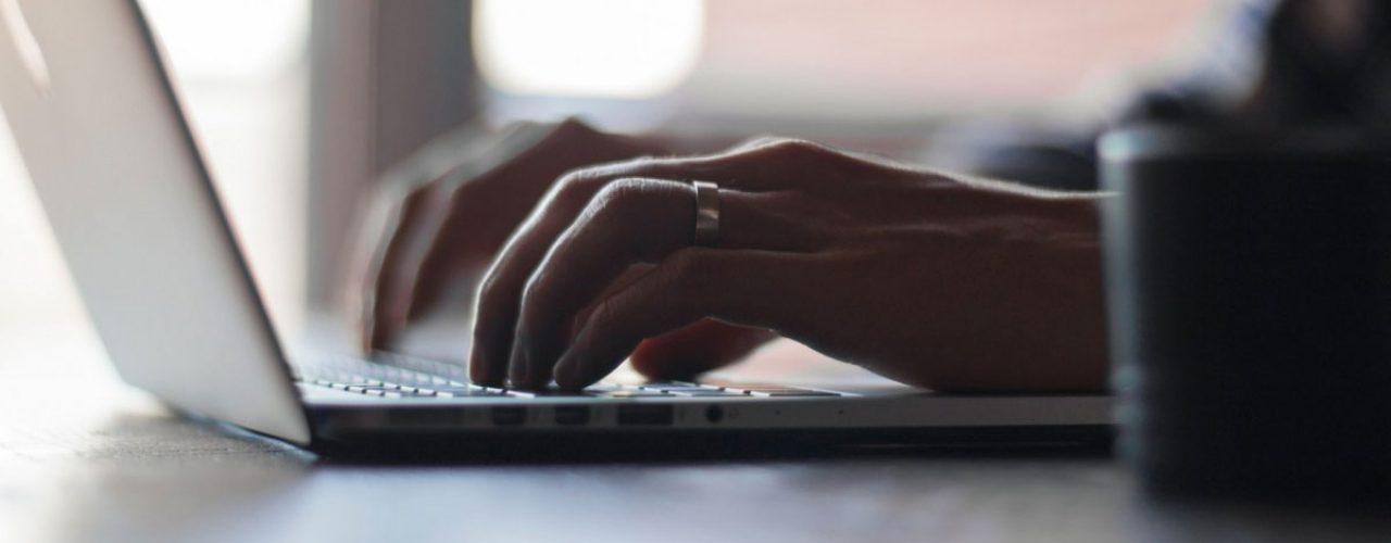 Billede af person ved tastatur